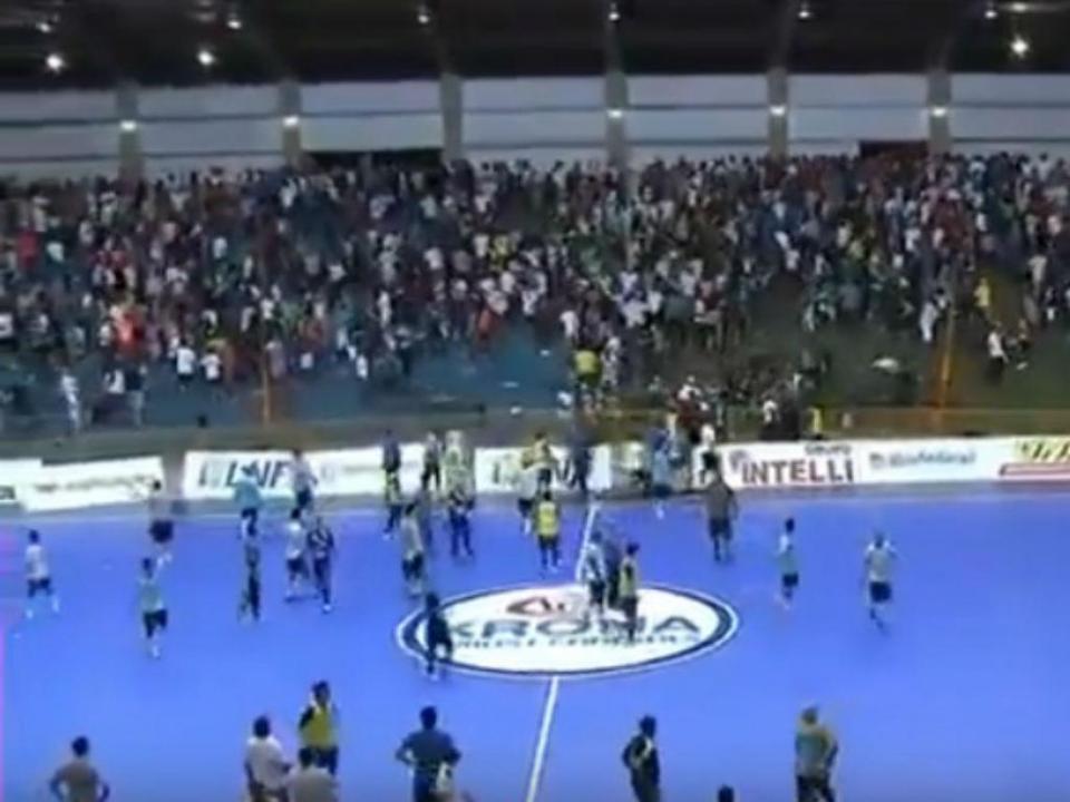 Brasil: violência interrompe meia-final da Liga de Futsal (vídeo)