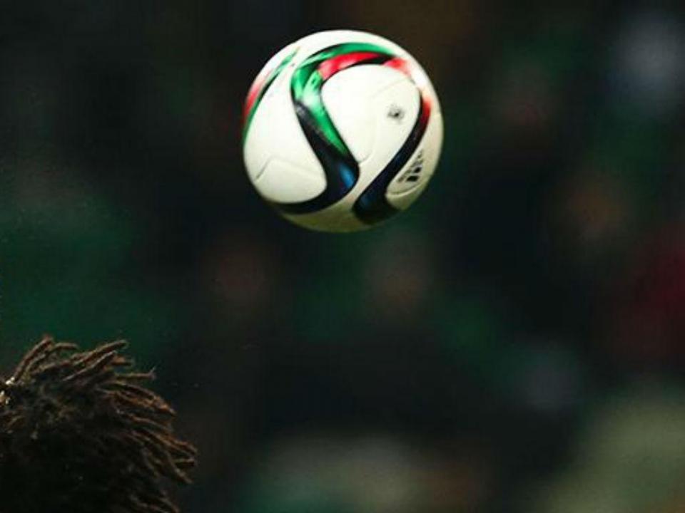 Susto no Euro sub-17: jogador inglês cai inanimado e sai de ambulância