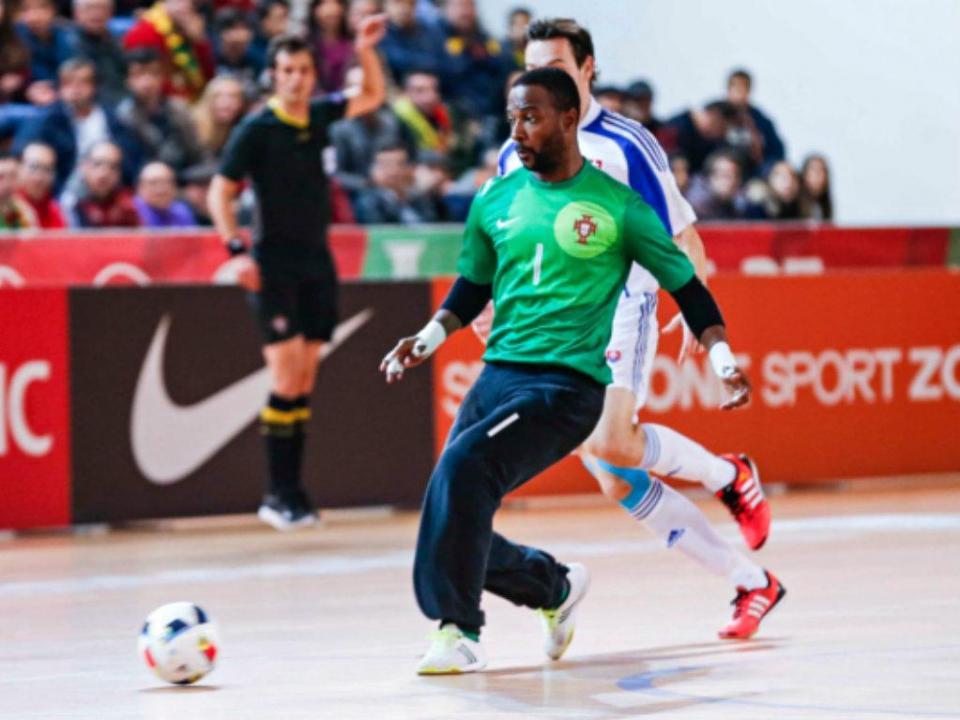 Bebé  um português na baliza de Ronaldinho para promover o futsal na Índia e1a800e92c2eb
