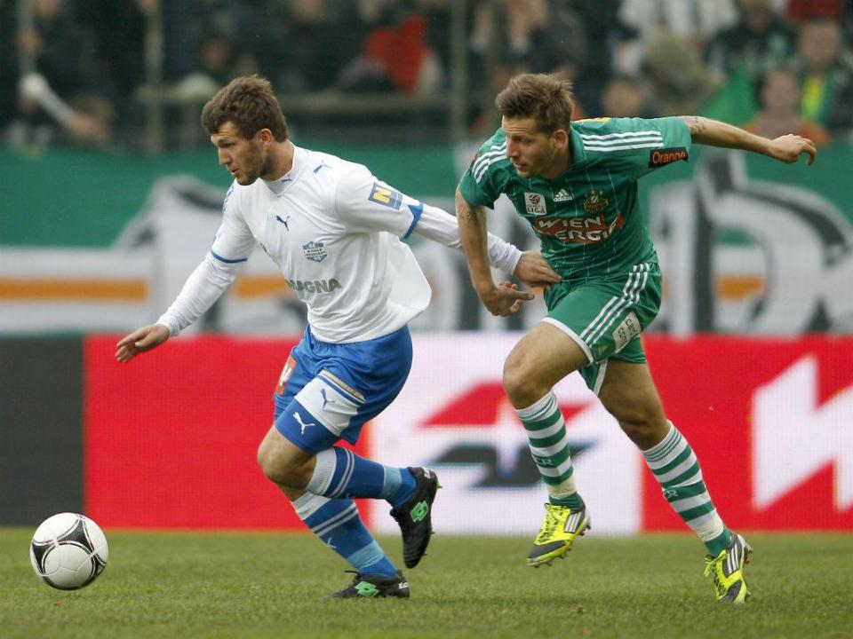 Perdeu um braço e voltou a jogar: Schicker faz história no futebol