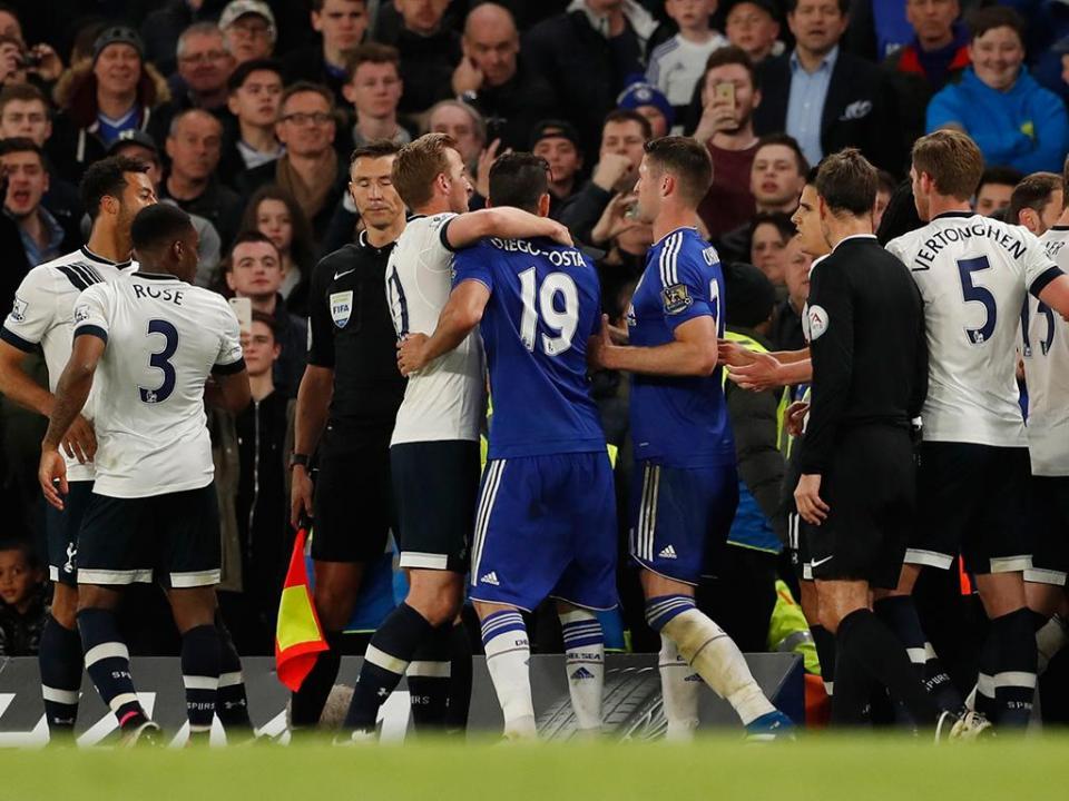 Árbitro evitou expulsões para não ser acusado de afastar Tottenham do título