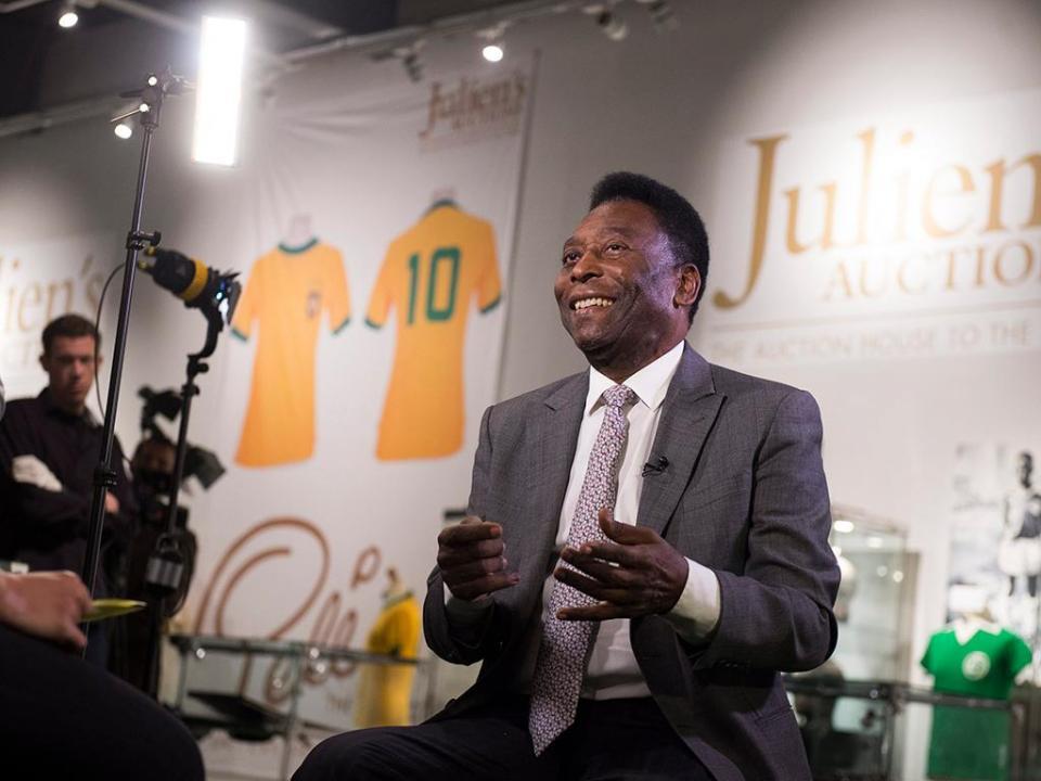 Pelé regressa a casa depois de remover cálculo renal