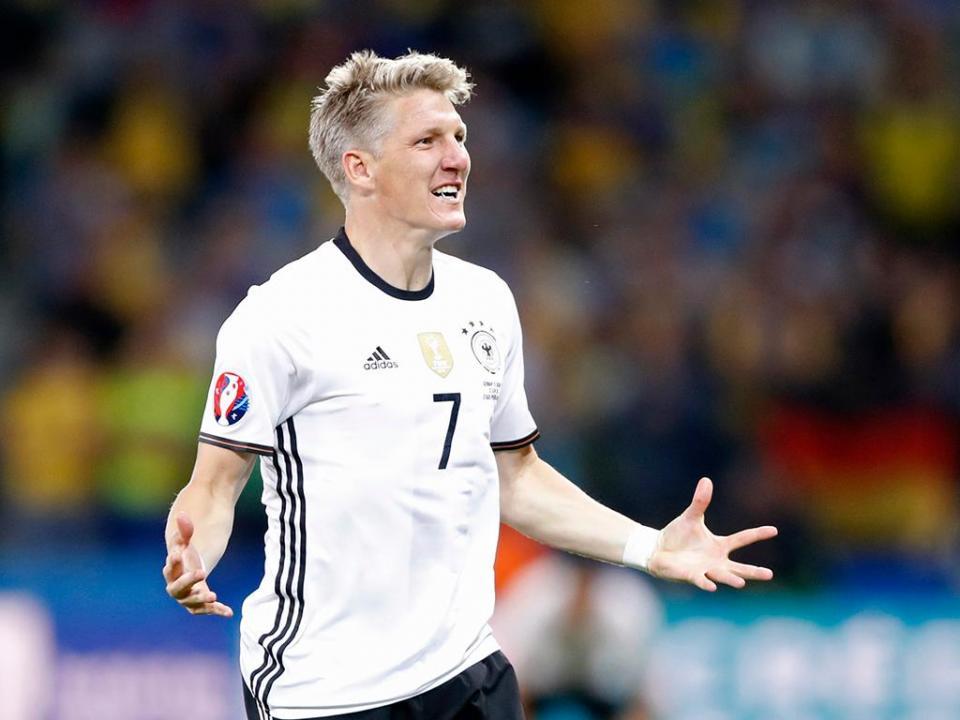 Alemanha  Schweinsteiger treina condicionado  addec3cbd897d