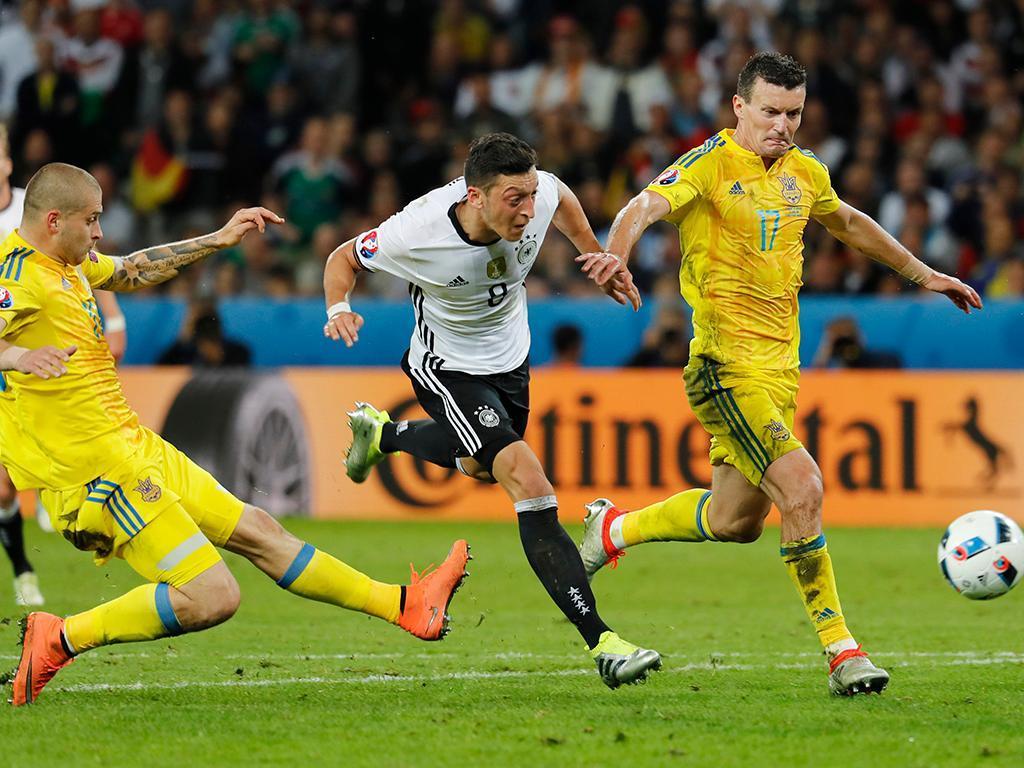 Müller, Ozil e Can abandonam estágio da seleção alemã