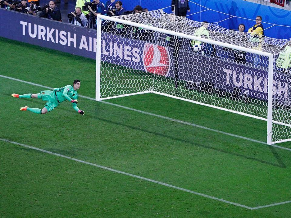Ex-selecionador acusa Courtois de vender equipa no Euro 2016