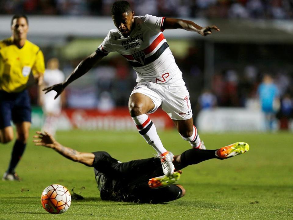 Brasileirão: ex-Benfica expulso aos 34 minutos e São Paulo empata em casa