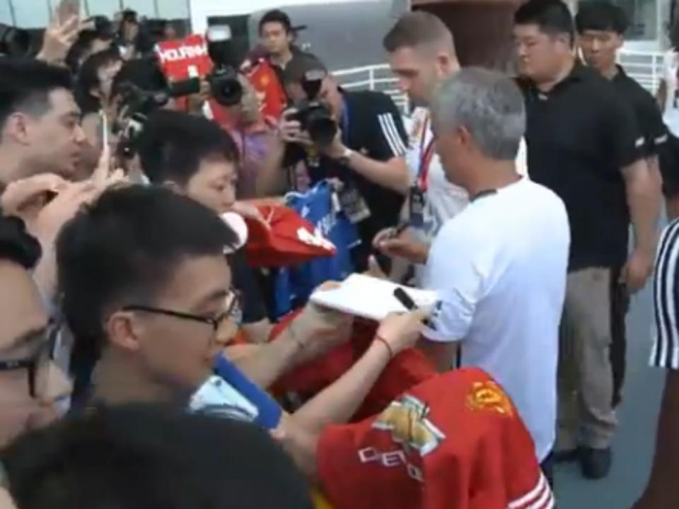 Vídeo: Mourinho recusou assinar camisola do Chelsea