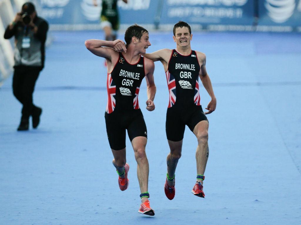 Campeão olímpico ajuda o irmão a completar prova no Mundial de Triatlo