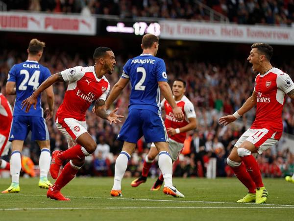 Na celebração dos 20 anos de Wenger, Arsenal esmaga Chelsea