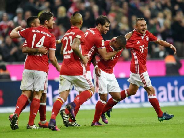 Vidal e Douglas Costa dão triunfo tranquilo ao Bayern