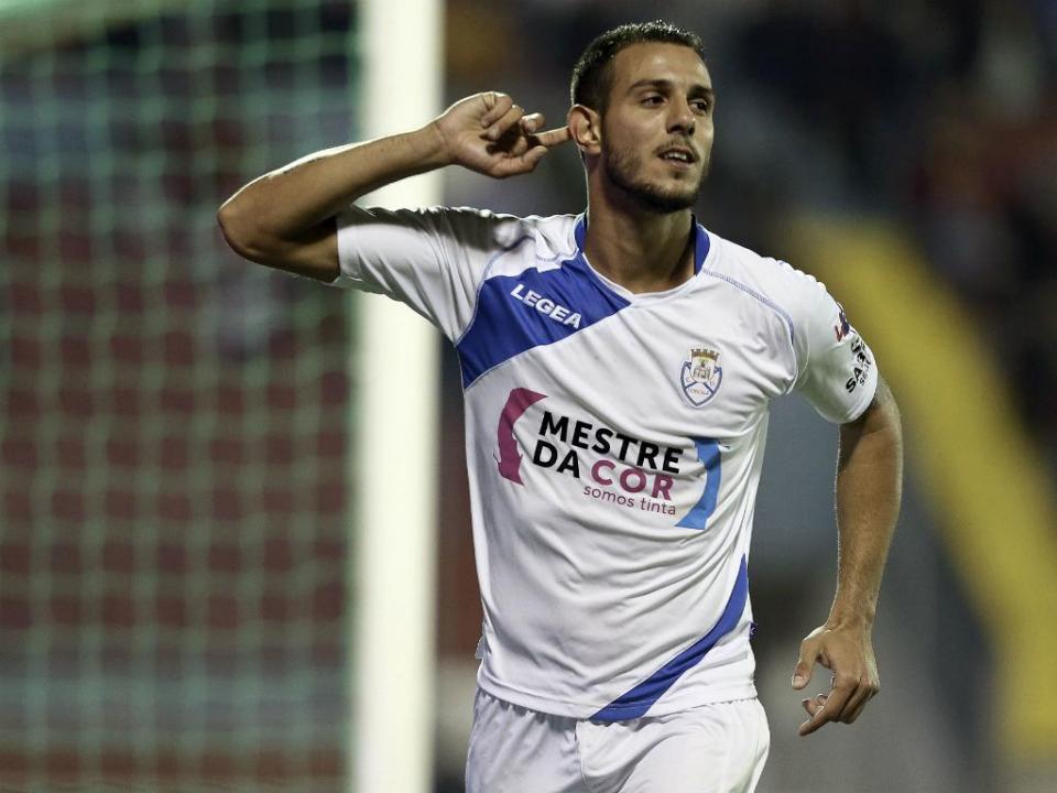 OFICIAL: Karamanos regressa ao Feirense