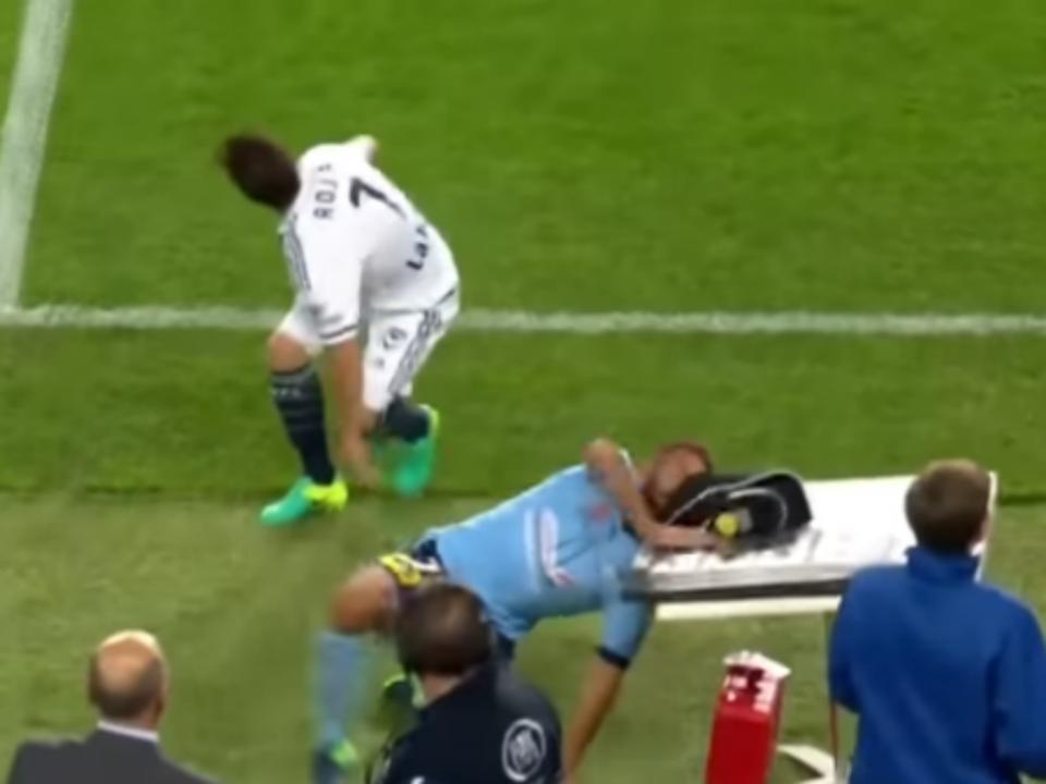 VÍDEO: divide lance lateral e bate com a cabeça na mesa do árbitro