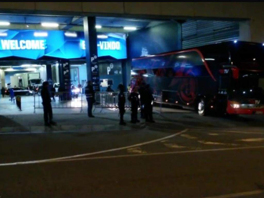 Insultos à chegada do autocarro do Benfica ao Estádio da Luz
