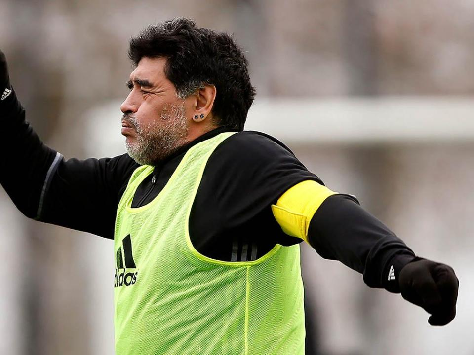 Maradona com problemas no joelho direito