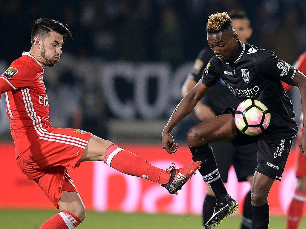 Jonas faz golaço, Benfica goleia e conquista tetra português