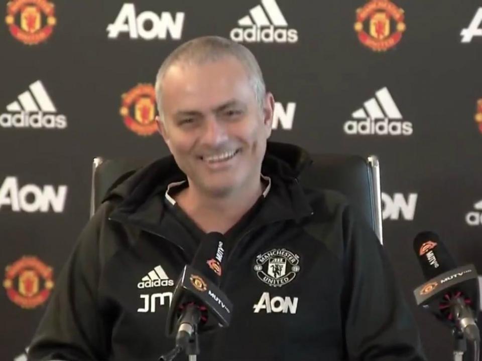 VÍDEO: Mourinho rapa cabelo e manda indireta aos jornalistas