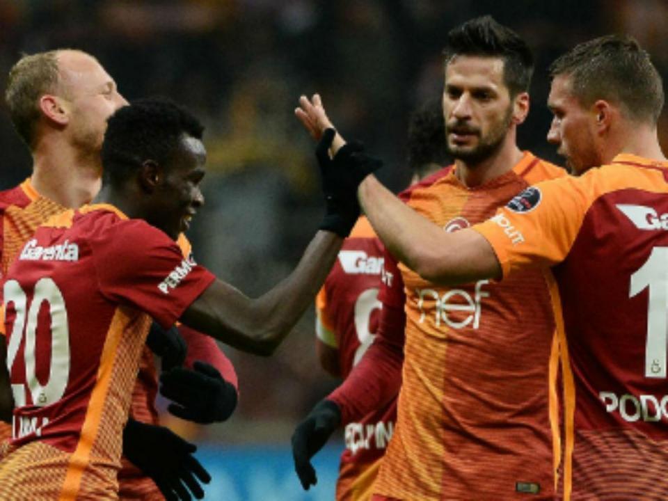 Galatasaray, com Bruma e Josué, humilhado por Adebayor