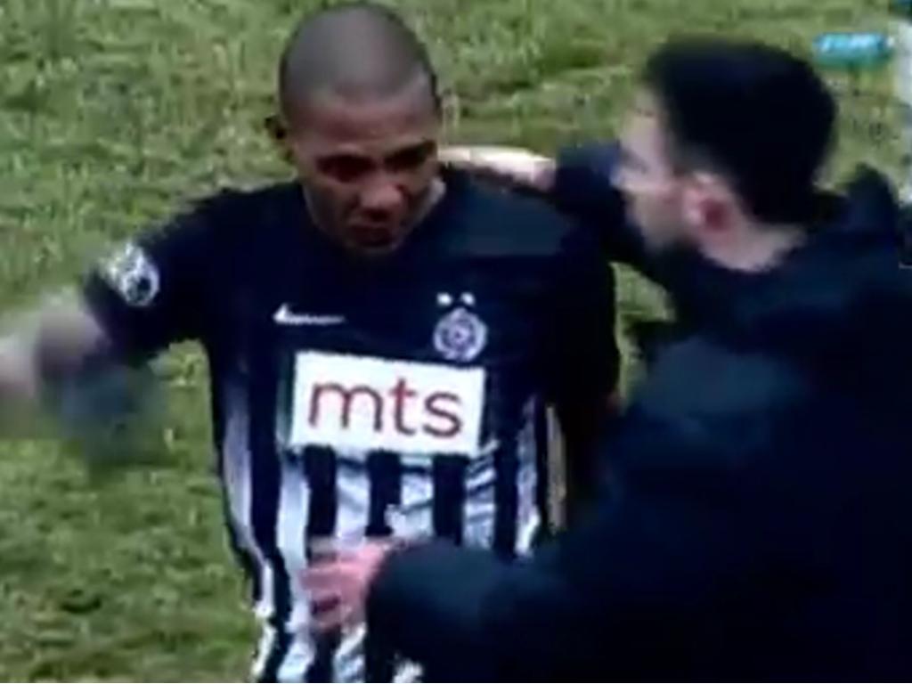 Brasileiro sai de campo chorando após sofrer racismo na Sérvia