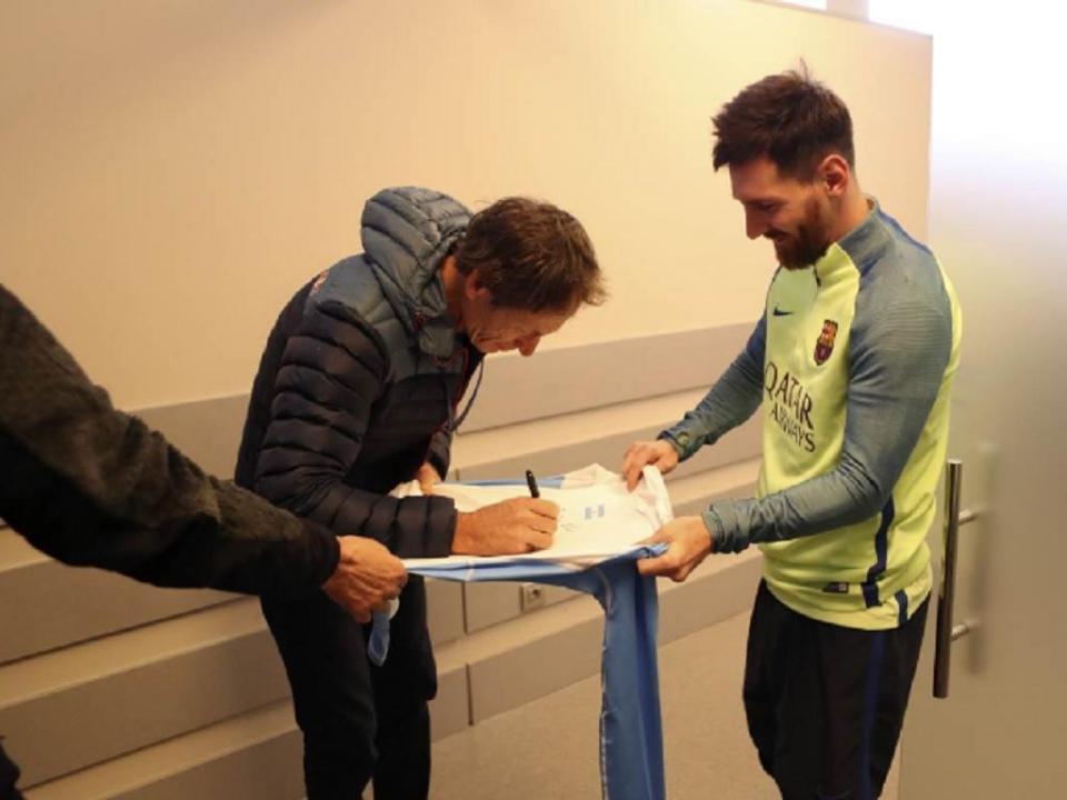 FOTO: sim, Lionel Messi também pede autógrafos