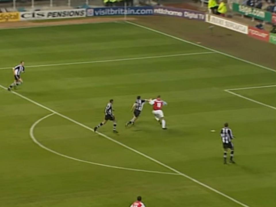 VIDEO: há quinze anos, Bergkamp marcou «aquele» golo