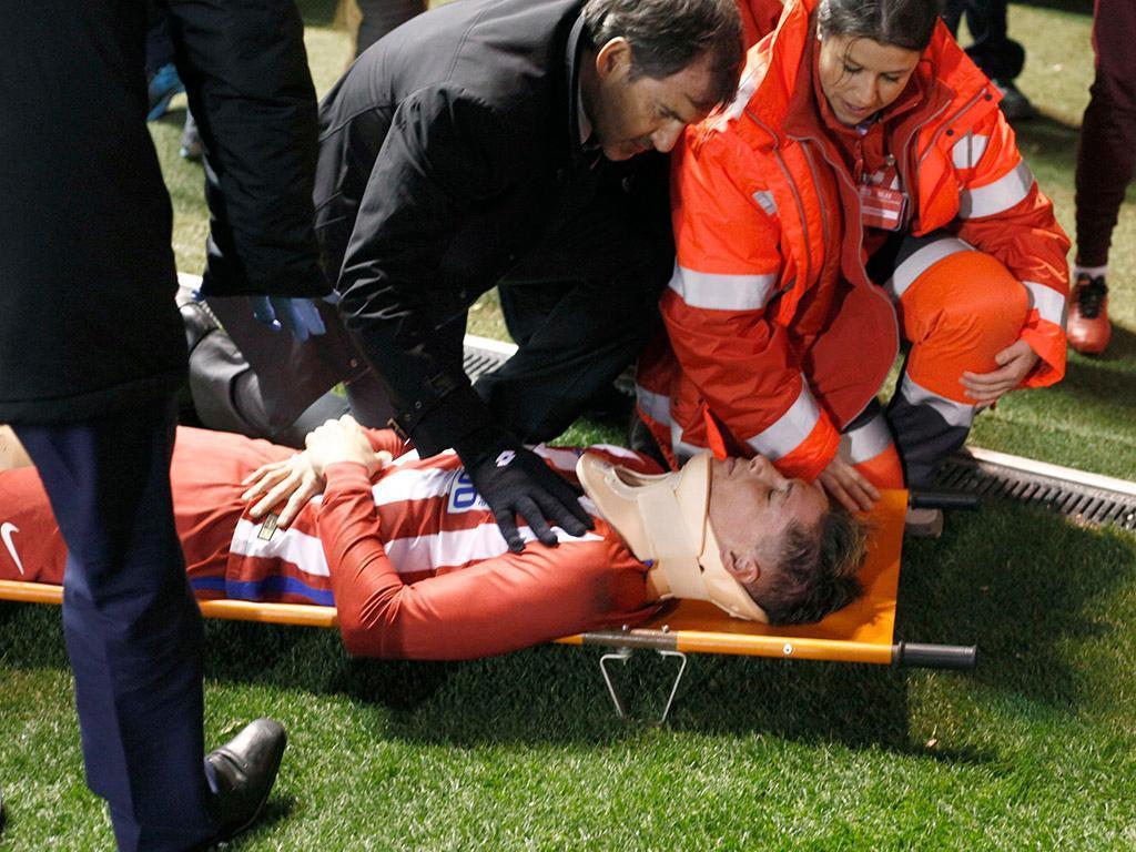 Fernando Torres sofre convulsão após pancada em jogo do Campeonato Espanhol