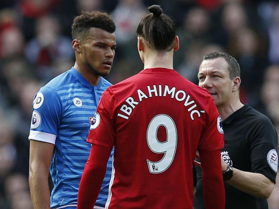 Ibrahimovic, suspenso por três jogos, falha Chelsea