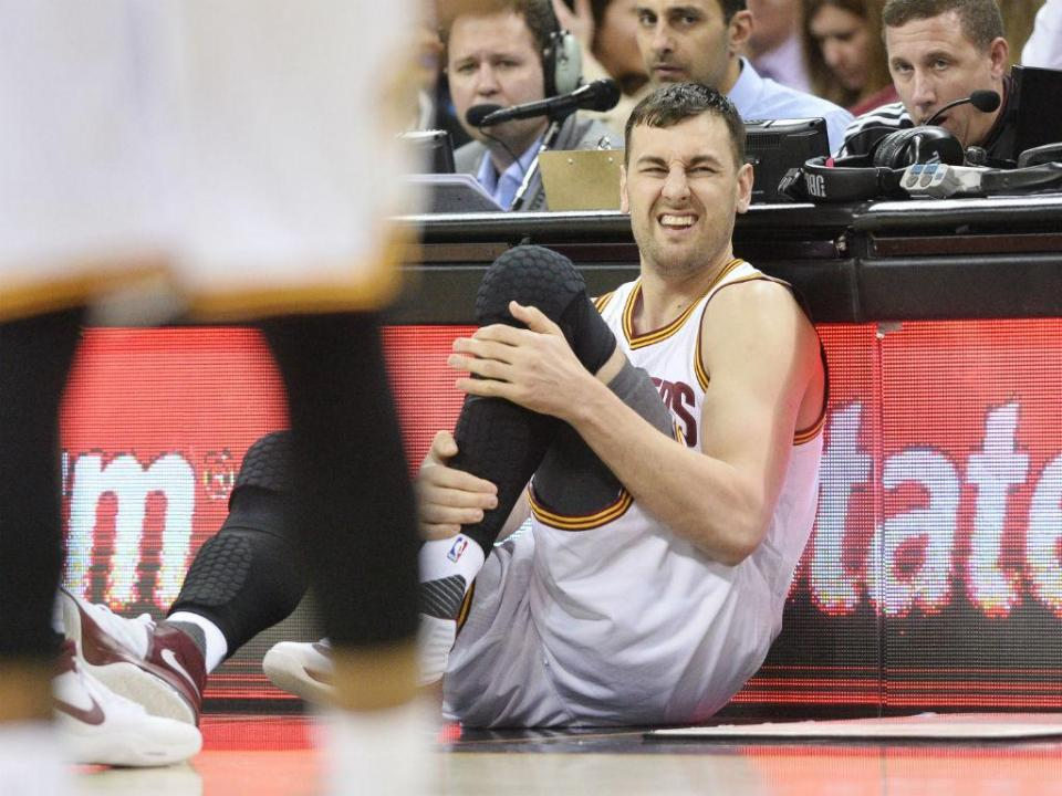 VÍDEO: Bogut fratura perna no primeiro minuto da estreia pelos Cavaliers