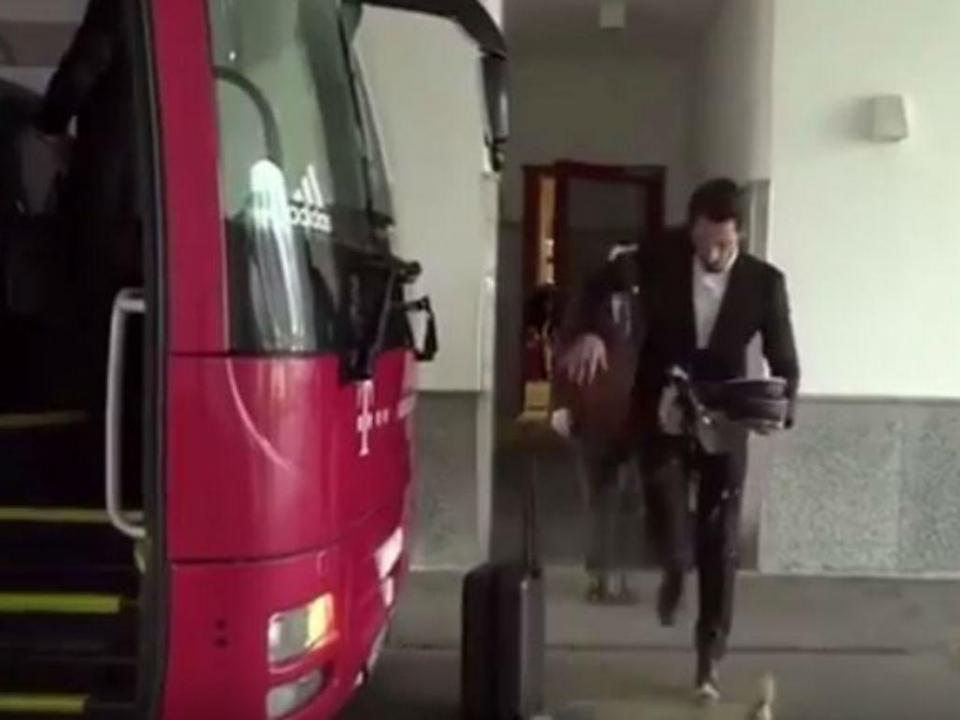 VÍDEO: Hümmels entorna café para cima do fato a caminho do autocarro