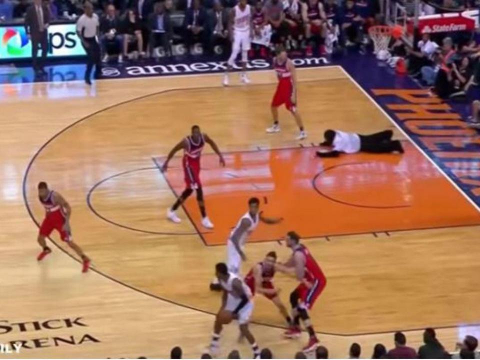 VÍDEO: a NBA até tem gorilas a mergulhar para dentro do campo