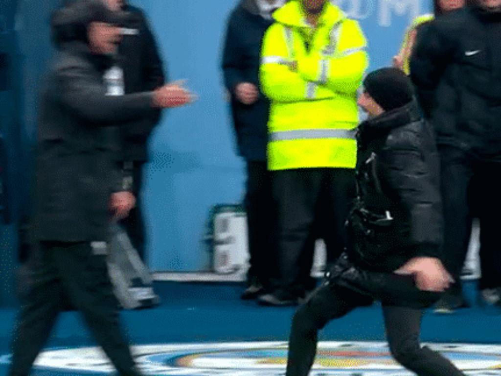 Guardiola desarmou Klopp com um inesperado «high five»