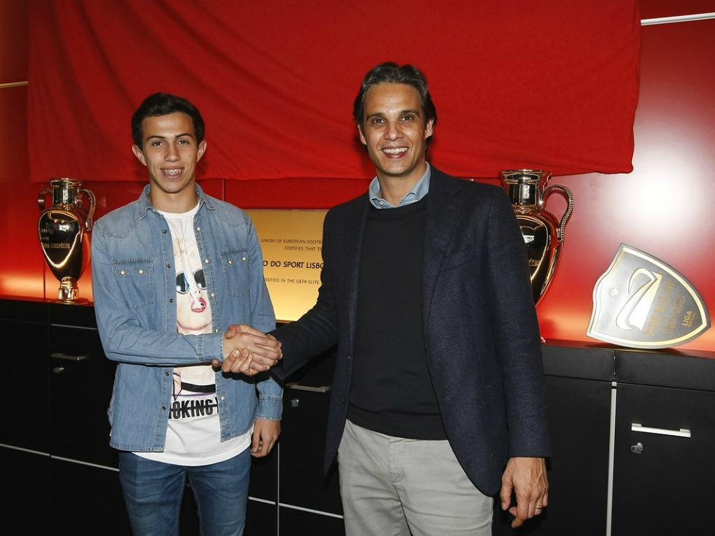 Benfica: defesa de 16 anos assina contrato profissional