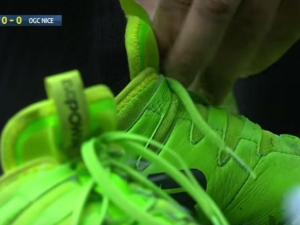 VÍDEO: depois do colete, Balotelli sofre por causa dos cordões