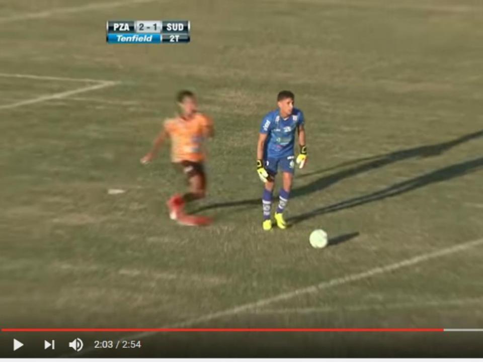VÍDEO: avançado esconde-se e rouba a bola ao guarda-redes