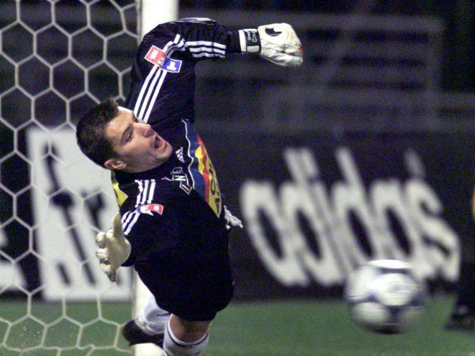 A dupla-defesa impossível de Coupet em Camp Nou