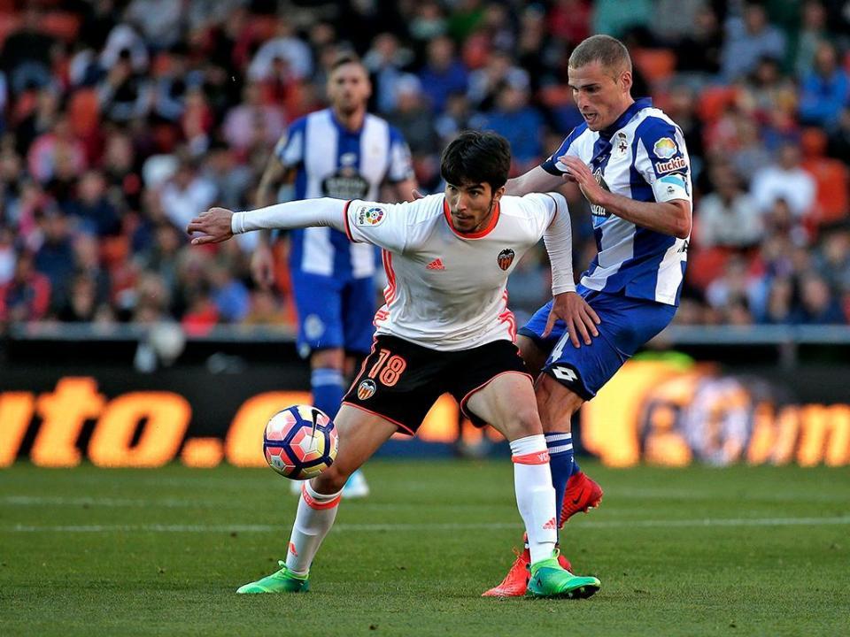 Diego Alves defende mais um, Valencia vence Depor com golo de Cancelo
