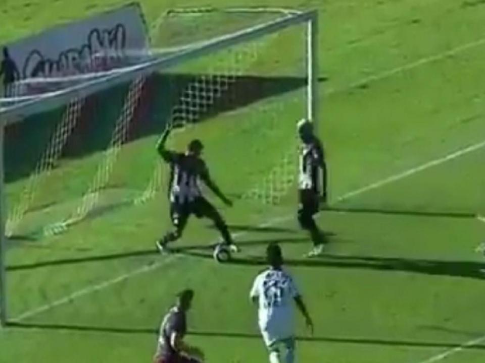 VÍDEO: jogador brasileiro rouba descaradamente golo a companheiro