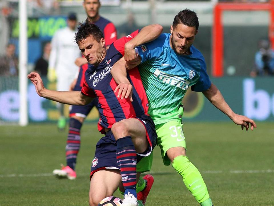 Crotone derruba o Inter de João Mário, Milan agradece