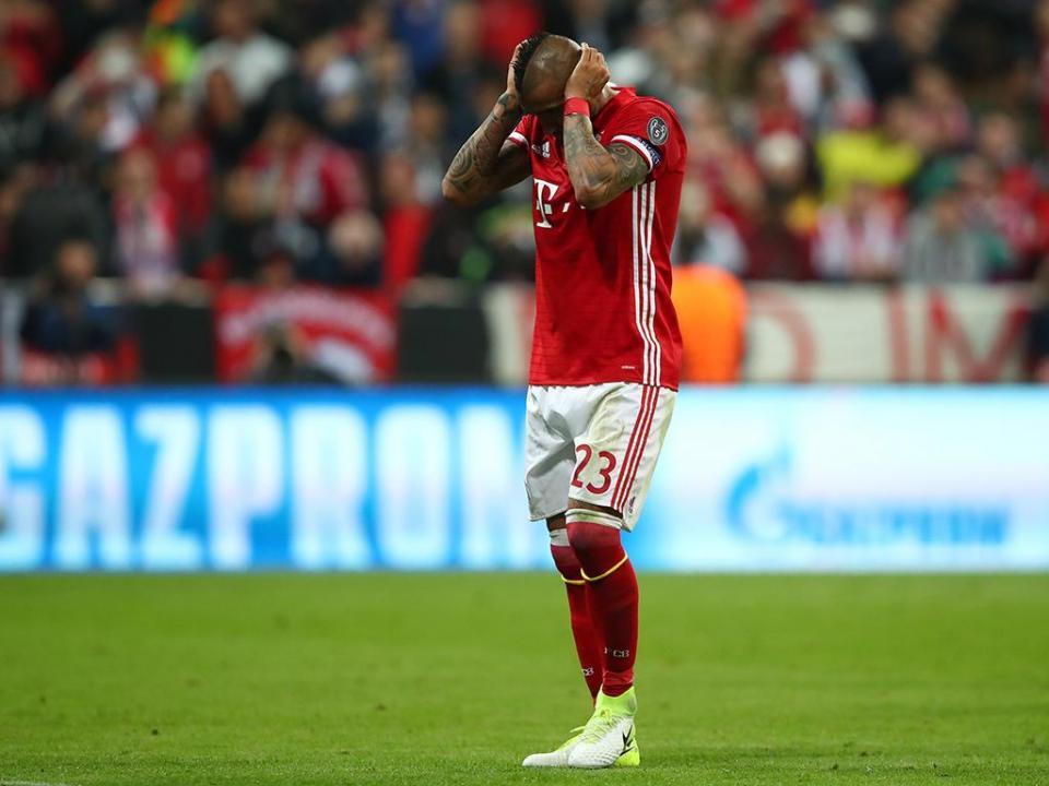 Bayern Munique: Arturo Vidal lesiona-se no treino e sai de maca