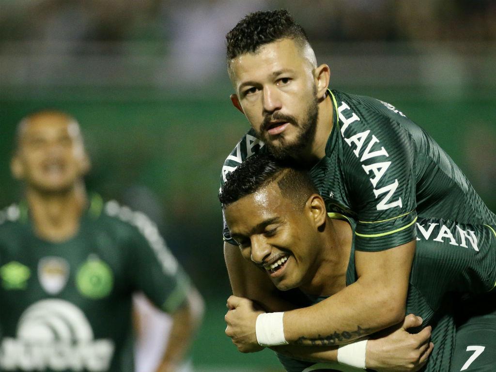 Sete meses depois do desastre, Chapecoense lidera Brasileirão