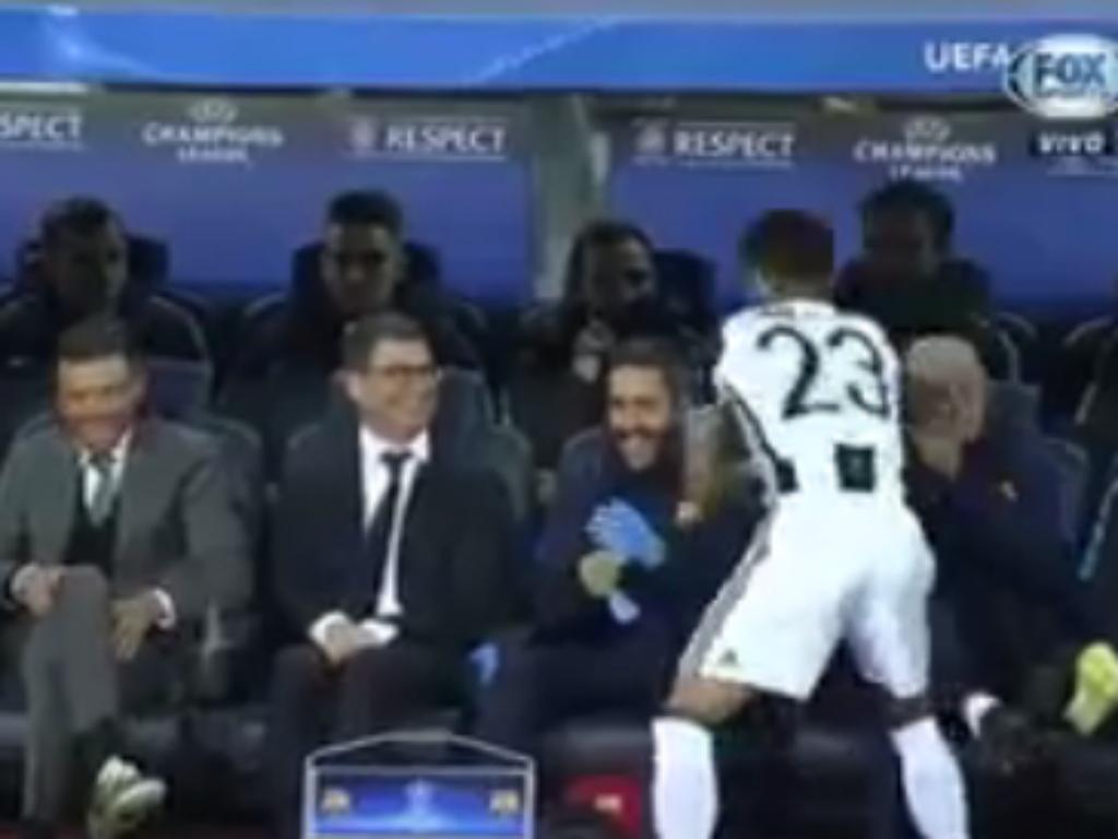 VÍDEO: apito inicial... e Dani Alves a cumprimentar banco do Barça