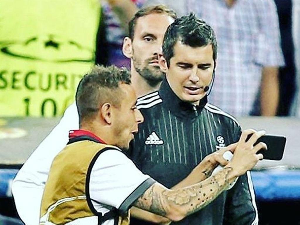FOTO: Rafinha mostrou erros ao árbitro no telemóvel