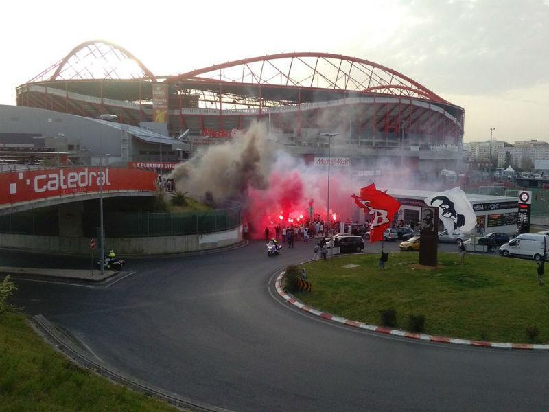 VÍDEO: enorme apoio à saída da comitiva do Benfica para estágio
