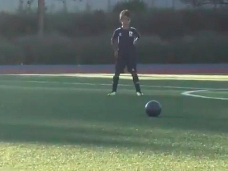 VÍDEO: Cristianinho imita o pai a bater livre e... faz golaço