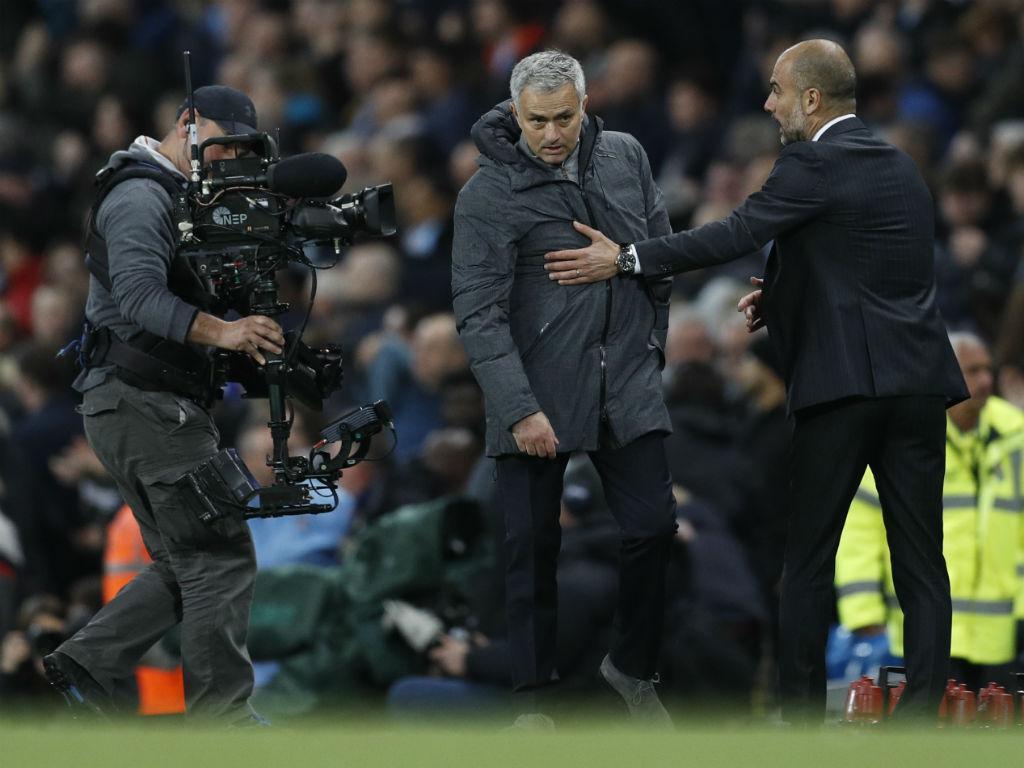 Guardiola bate Mourinho num dérbi de Manchester com muitos erros