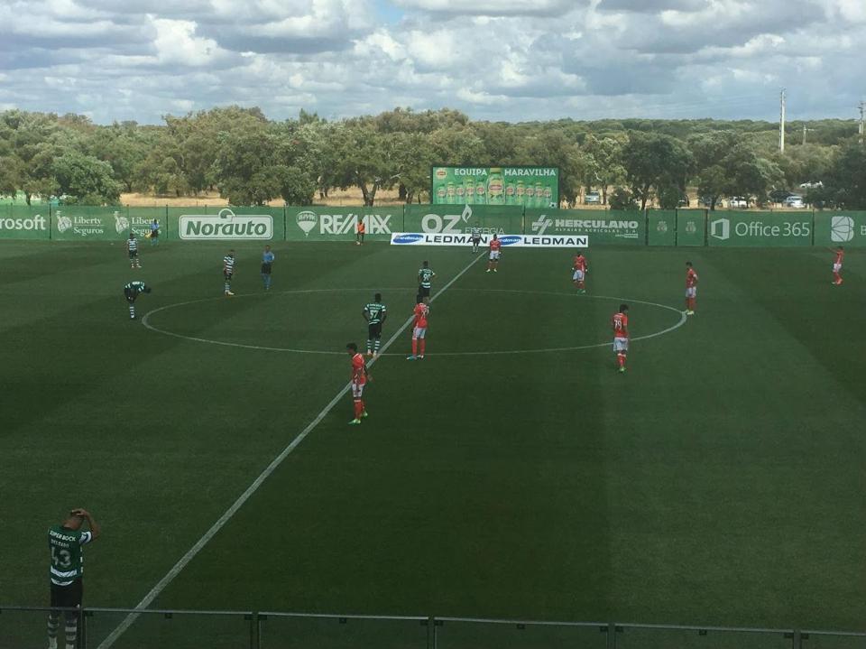OFICIAL: Benfica renova com jovem médio da equipa B