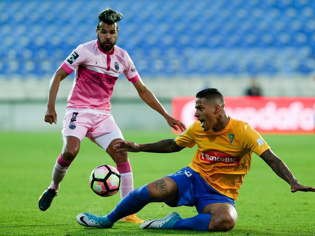 Vitória derrotado no Estoril (3-0) perdeu dois jogadores para o Sporting