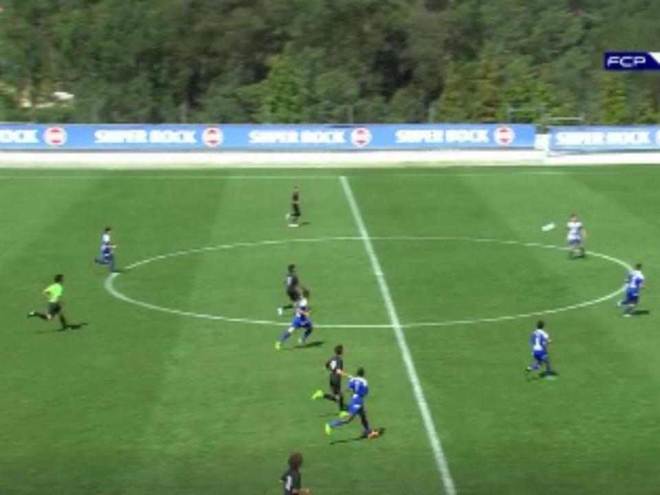 VÍDEO: iniciado do FC Porto faz golo do meio campo