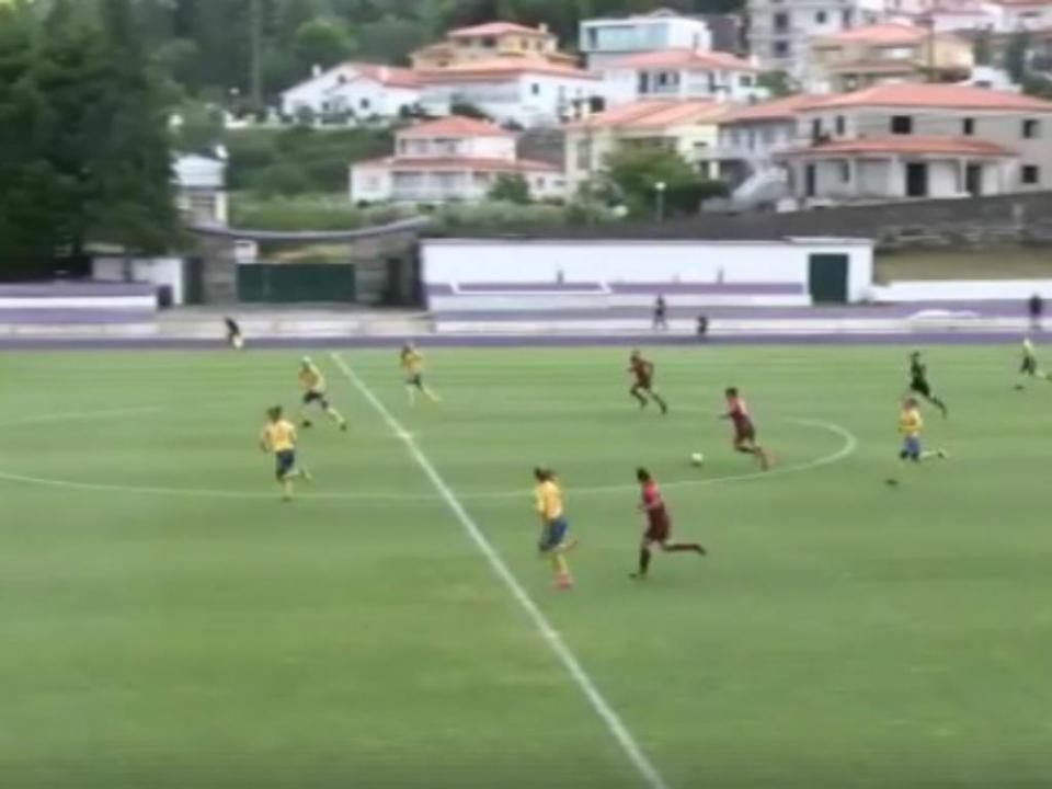 VÍDEO: chapéu antes do meio-campo de sub-16 portuguesa