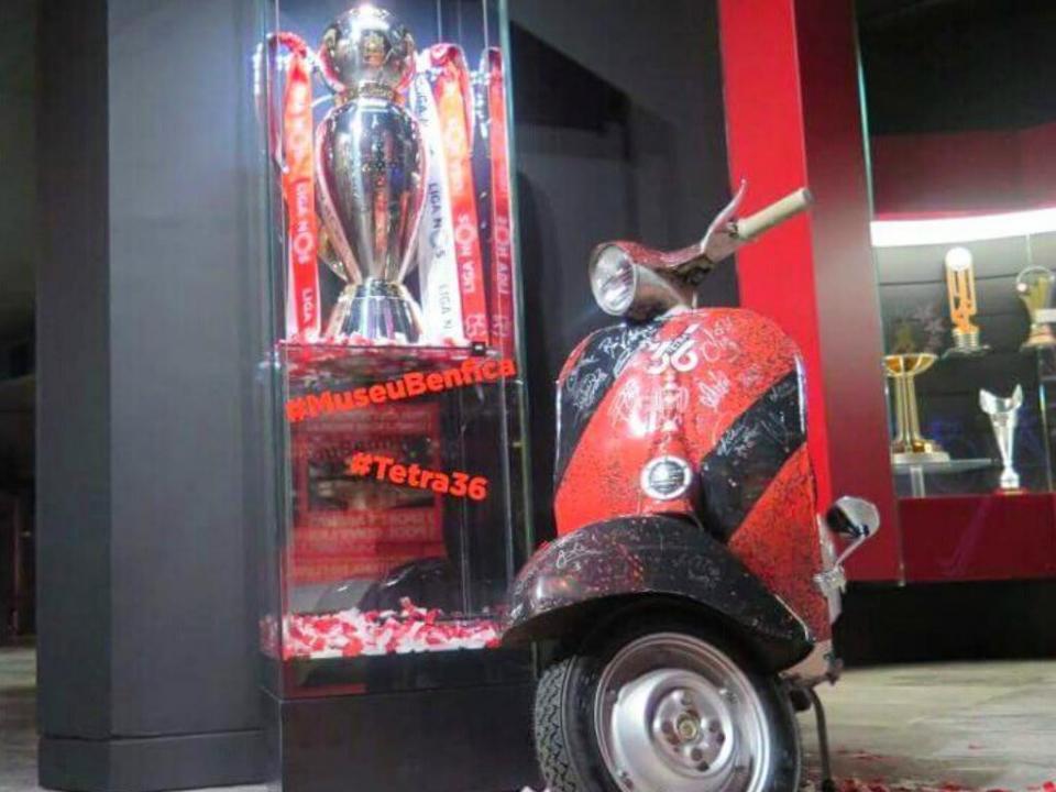 Benfica: taça do tetra já está no Museu (com a vespa ao lado)