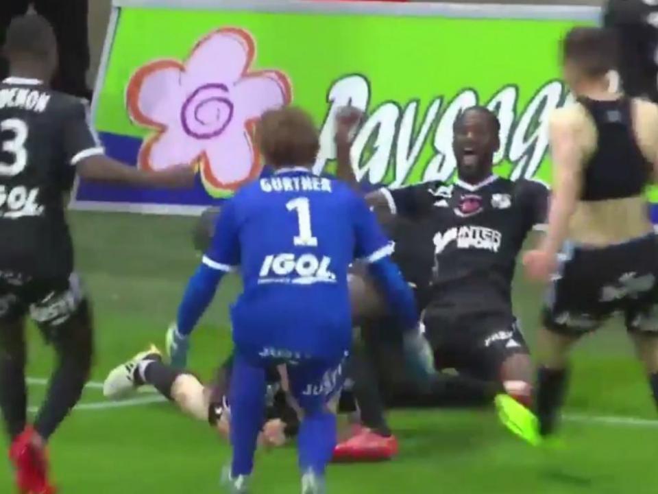 VÍDEO: Amiens estreia-se na Ligue 1 graças a golo no último lance